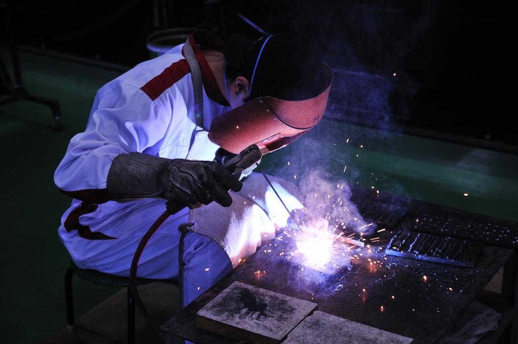 鉄工所での作業